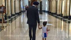 Une petite fille de 2 ans rencontre le ministre canadien de la Défense Harjit