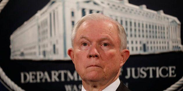 Le ministre américain de la Justice Jeff Sessions prévoit de rester malgré les critiques de