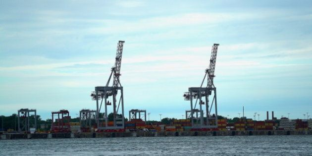 4 hommes trouvés dans un conteneur dans le port de