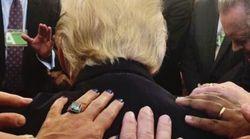 Cette photo de Trump priant dans le Bureau ovale vaut le