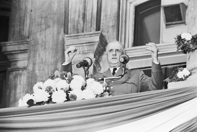 Le président Charles de Gaulle sur le balcon de l'hôtel de ville de Montréal en 1967.
