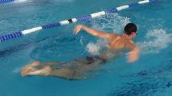 Ce nageur est capable de nager à l'envers (vraiment à l'envers)