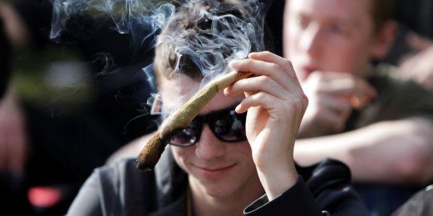 Le taux d'infractions liées au cannabis continue de diminuer au