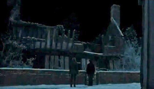 La maison apparaît brièvement dans cette scène du septième opus d'Harry Potter, quand Hermione et Harry...