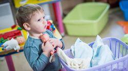 Un père achète une poupée à son fils pour Noël et reçoit une pluie d'insultes