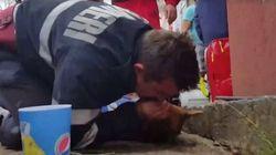 Ce pompier a sauvé un chien en lui faisant le