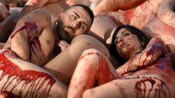 Ils sont nus et peints en rouge sang pour une bonne