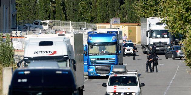 Les policiers contrôlent l'accès menant au site où l'homme a été