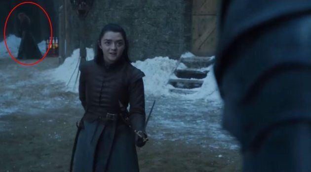 La silhouette rousse apparaît une seconde fois derrière Arya.