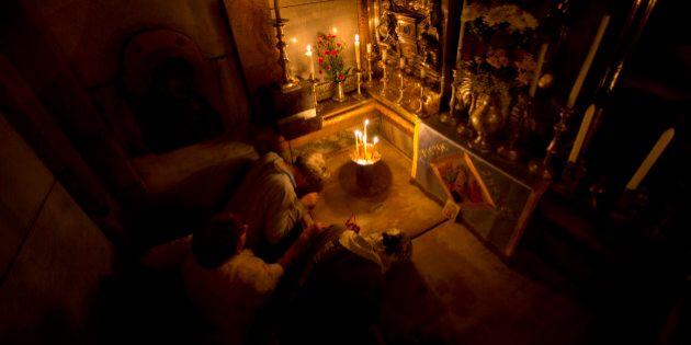 Christians pray jesus' tomb in side as team of experts begin renovation of Jesus' tomb in Jerusalem's...