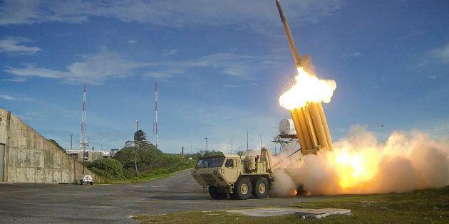 Un intercepteur du THAAD, le système américain de défense contre les missiles balistiques, est lancé...