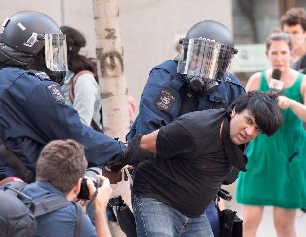 L'activiste Jaggi Singh est arrêté pendant une manifestation contre le racisme à Québec, le 20 août