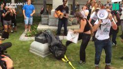 Après Charlottesville, voyez des manifestants anti-racistes détruire une statue