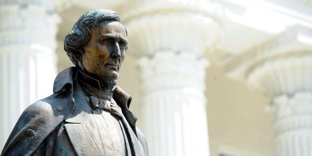 Une statue du président confédéré Jefferson Davis sur le terrain du Capitole d'Alabama à Montgomery en