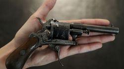 Le revolver avec lequel Verlaine tenta de tuer son amant Rimbaud