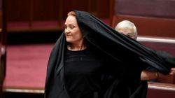 Une sénatrice d'extrême droite arrive en burqa au parlement en