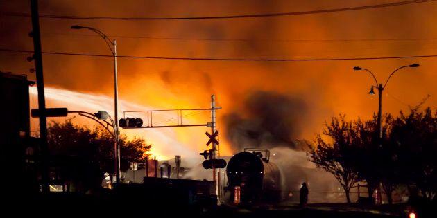 Des pompiers combattent les flammes à Lac-Mégantic, 6 juillet