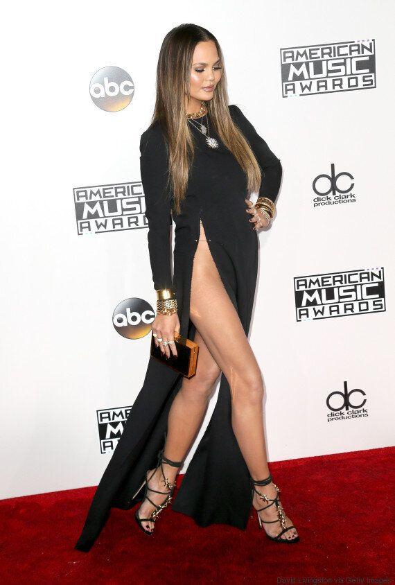 Chrissy Teigen a littéralement dévoilé le bas aux American Music Awards