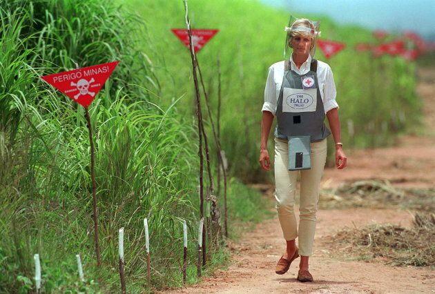 En janvier 1997, la princesse Diana visite un champ de mines en