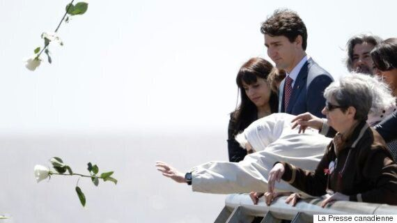 Justin Trudeau et Pablo Rodriguez émus au parc de la Mémoire de Buenos