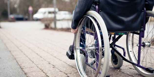 Au moins au Québec, l'Office des personnes handicapées du Québec permet l'accès aux biens et aux services...