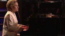 «Hillary Clinton» chante Hallelujah à SNL et nous fait monter les larmes aux
