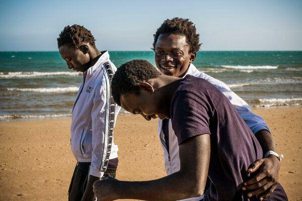 Mohammad, âgé de 17 ans (au centre), profite d'une promenade sur la plage avec ses amis, Sanna, âgé de 17 ans (à l'avant) et Fodaoi, âgé de 14 ans.