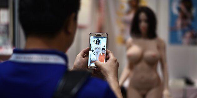 Un visiteur à la Asia Adult Expo de Hong Kong, août 2017.