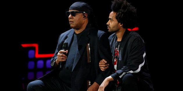 Stevie Wonder s'agenouille sur scène en soutien aux sportifs pris en grippe par Donald