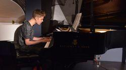 Justin Bieber surprend les clients d'un bar avec un concert