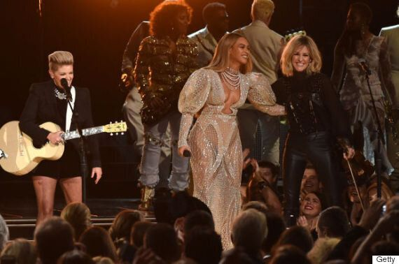Beyoncé dans une robe nue spectaculaire aux CMAS 2016