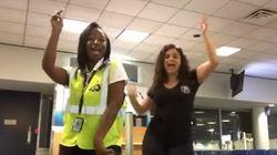 Une femme manque son avion et fait un party de danse avec l'équipage à la