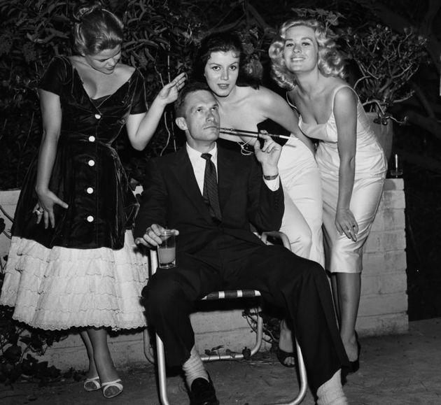 Photo datant de 1957 de Hugh Hefner en compagnie de Sylvia Sydney, Joan Bradshaw et Caroline