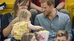Voyez cette petite fille voler le popcorn du prince