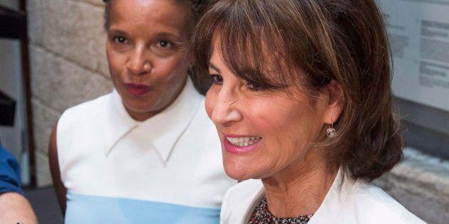La ministre de l'Immigration, de la Diversité et de l'Inclusion, Kathleen Weil, à droite, parle aux journalistes...