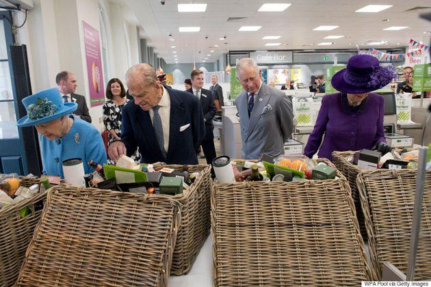 On dirait que la reine Élisabeth II n'a jamais mis les pieds dans une épicerie!