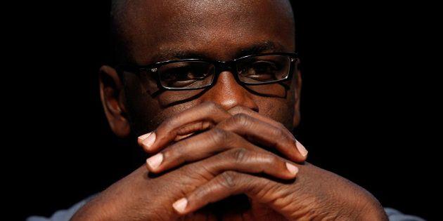 Un ancien joueur français pose le genou à terre en signe de solidarité avec les sportifs