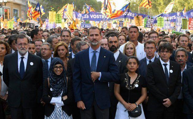 Le président Mariano Rajoy, le roi Felipe VI et le président de la Generalitat, Carles Puigdemont, lors de la manifestation contre le terrorisme djihadiste en août 2017.