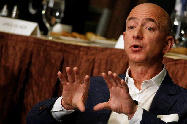 Le fondateur et le PDG d'Amazon Jeff Bezos a commencé en étudiant l'ingénierie, une route commune pour la richesse pour un nombre important des personnes les plus riches au monde.