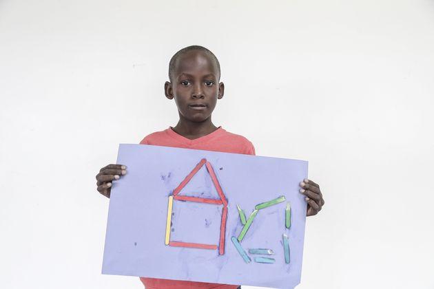 Le jeune Nickgram Charles, âgé de sept ans et originaire de Barbuda, participe au programme « Retour...