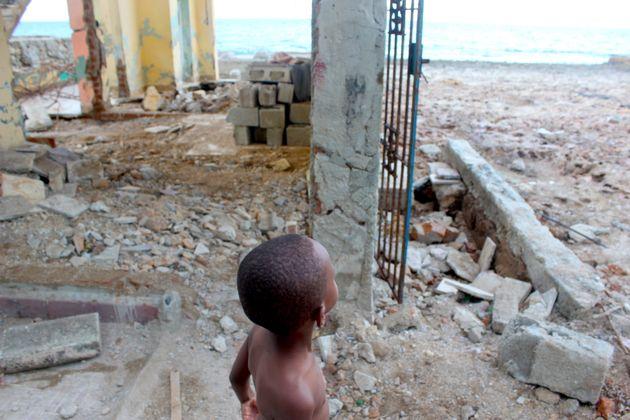 Sur les côtes de Cojímar, le petit Adam, âgé de 4 ans, observe la mer, depuis la maison de sa grand-mère,...