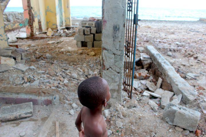 Sur les côtes de Cojímar, le petit Adam, âgé de 4 ans, observe la mer, depuis la maison de sa grand-mère, détruite lors du passage de l'ouragan.