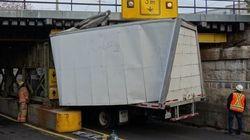 Un camion percute un viaduc à