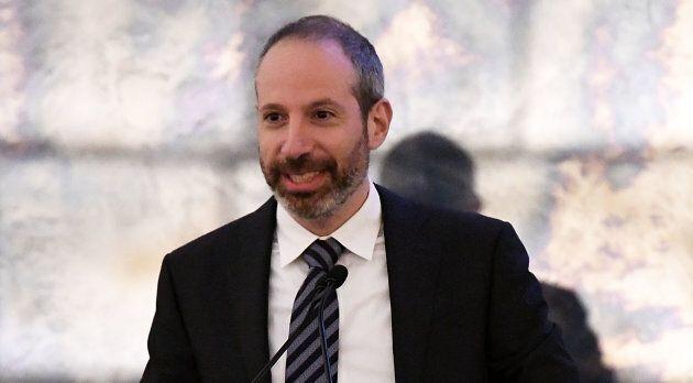 Noah Oppenheim, président de NBC News, s'exprimant lors d'une assemblée