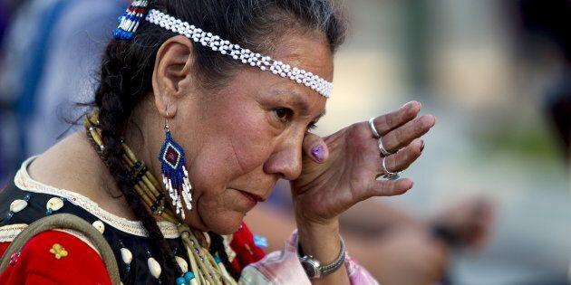 La survivante des pensionnats autochtones Patricia Tucknaow verse une larme lors d'un hommage aux survivants...