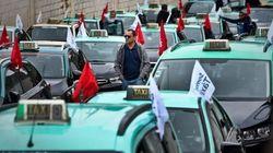 Des centaines de chauffeurs de taxi manifestent contre Uber à