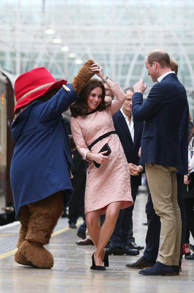 L'ours Paddington fait danser Kate Middleton sur le quai d'une