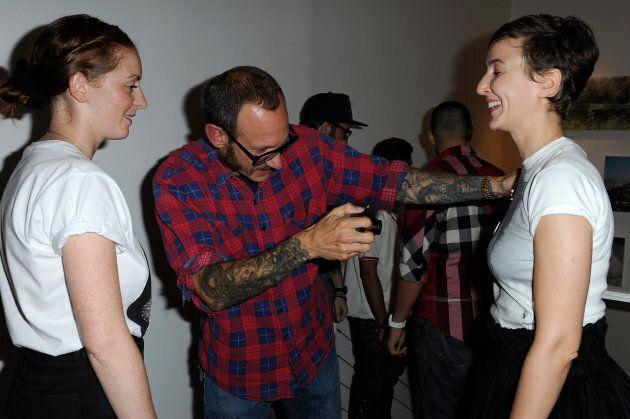 Terry Richardson photographie les seins de Sarah Lerfel (à droite) durant une exposition à Paris en 2011.
