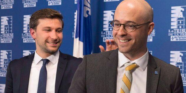Gabriel Nadeau-Dubois félicite Sol Zanetti à la fin d'une conférence de presse à Québec, le 5 octobre...