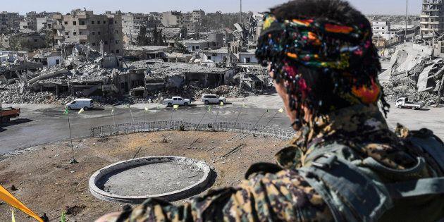 Un membre des Forces démocratiques syriennes contemple les ruines de